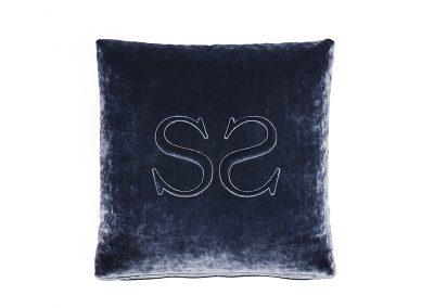 Cuscino con logo a rilievo ricamato
